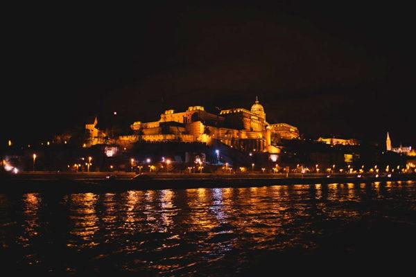 Прогулка на кораблике по ночному Дунаю